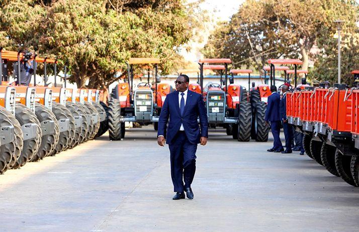 Le président Macky Sall inspecte les tracteurs reçus de l'Inde. Photos: DR