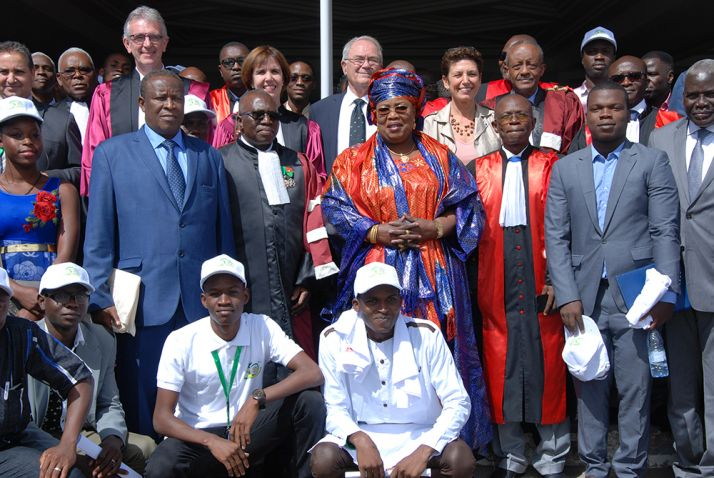 Photo de famille des participants à la cérémonie d'ouverture du jubilé d'or de l'EISMV, autour de Aminata Mbengue Ndiaye et Yalacé Y. Kaboret (au centre). © A. Hervé
