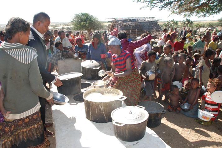 Distribution alimentaire au sud de Madagascar. L'île est particulièrement touchée par la malnutrition. Photo : Antoine Hervé