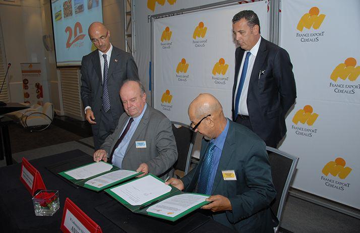 Signature de la convention pour le lancement de l'École de boulangerie-pâtisserie au Maroc. (de g. à dr.) M. Jean-Pierre Langlois-Berthelot, président de France Export Céréales et M. Lahoussine Azaz, président de l'AVNBP, sous le regard bienveillant de M.Yann Lebeau de France Export Céréales Maghreb (au second plan, à g.) et M. Chakib Alj, président de la FNM (à dr.). © FEC