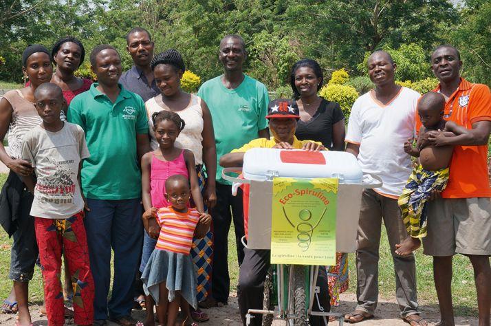 L'équipe togolaise du programme spiruline à Agou Nyogbo dirigée par Tona (chemise verte, au centre) et Élisabeth Agbeko (en noir). © Antenna France