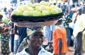 En Afrique, moins de 20% de la production reste sur le territoire. Ici, une vendeuse ivoirienne vend des pommes sud-africaines. Photo: Antoine Hervé