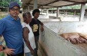 Dominique Koidio (à gauche), éleveur de porcs à Akoupé Zeudji, près d'Abidjan, fait partie de la délégation ivoirienne au Space. Photo : Antoine Hervé